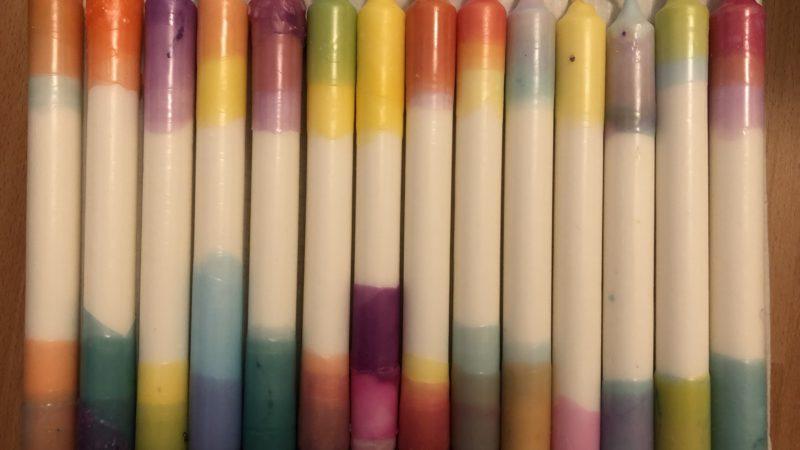 DIY: Den Frühling in die Wohnung holen mit gefärbten Kerzen und Beton-Kerzenhalter