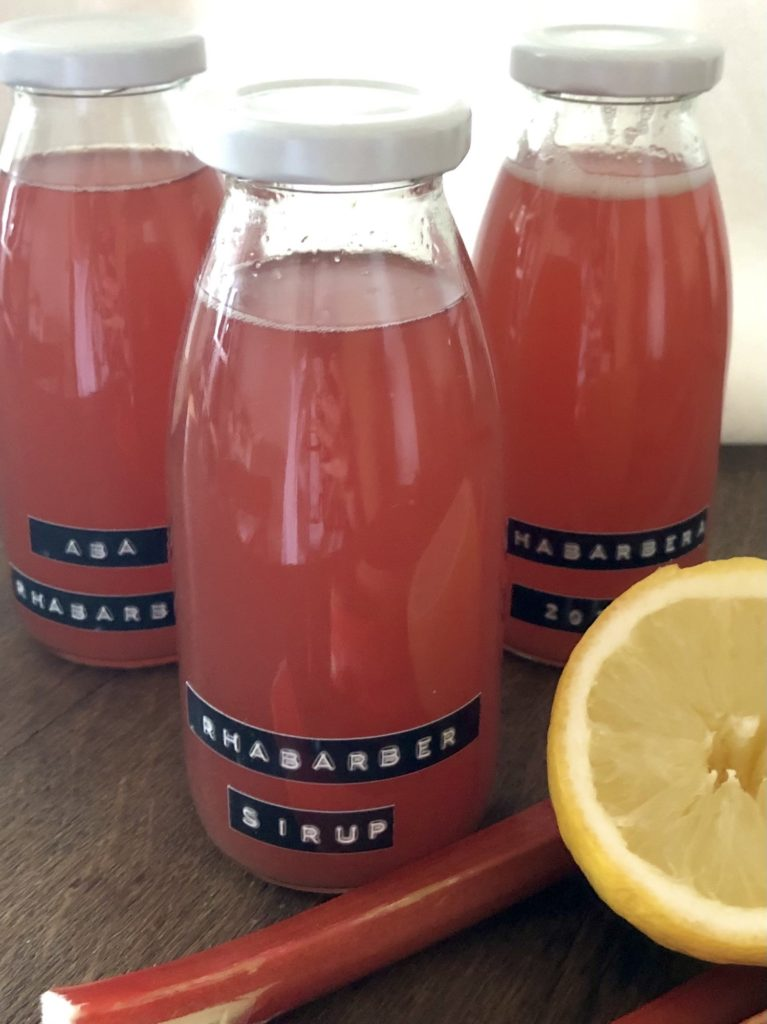Rhabarber-Sirup in Flaschen